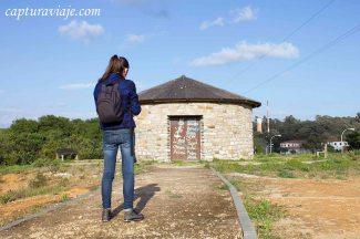 María en los alrededores de la entrada de Castellar Pueblo Nuevo