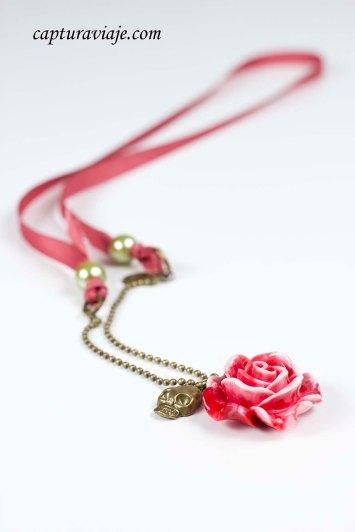 Collar Rosa roja y calavera dorada