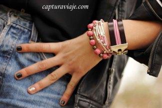 Detalle pulseras rosas